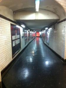 O Metrô (maravilhoso) e seus intermináveis corredores.